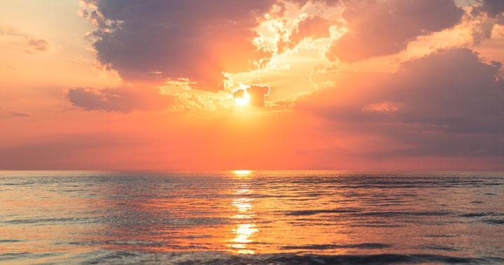 خُدا کون ہے؟ Photo of an inviting beach, ocean waves, warm sun, to illustrate the inviting and approachable nature of God